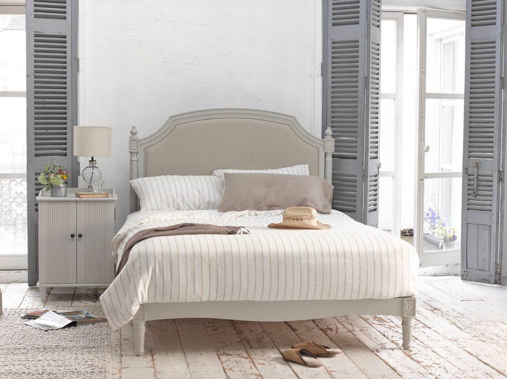 Светлая просторная спальня с деревянным полом в стиле прованс