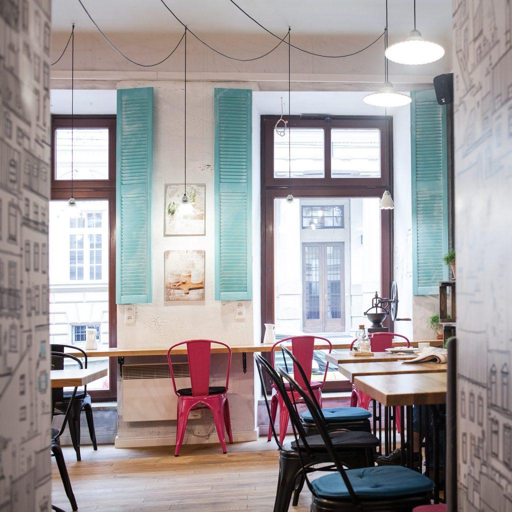Кафе с яркими элементами стиля прованс