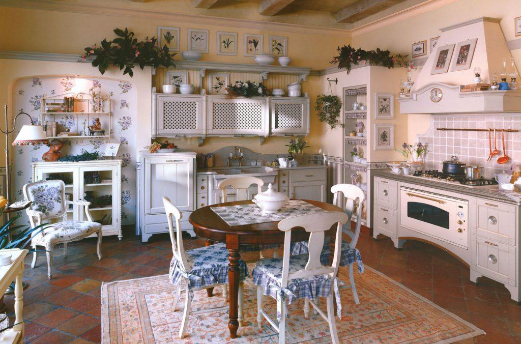 Кухня в стиле прованс с обеденным столом в центре
