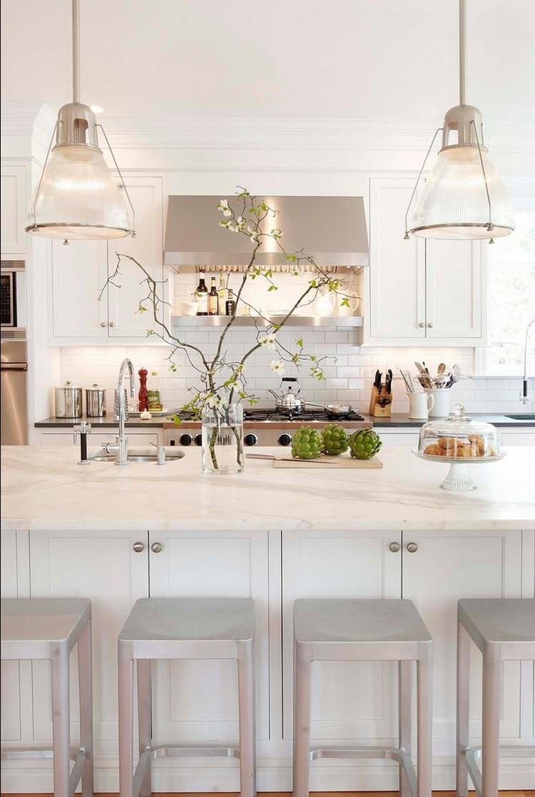 Дизайн кухни с барной стойкой светлый
