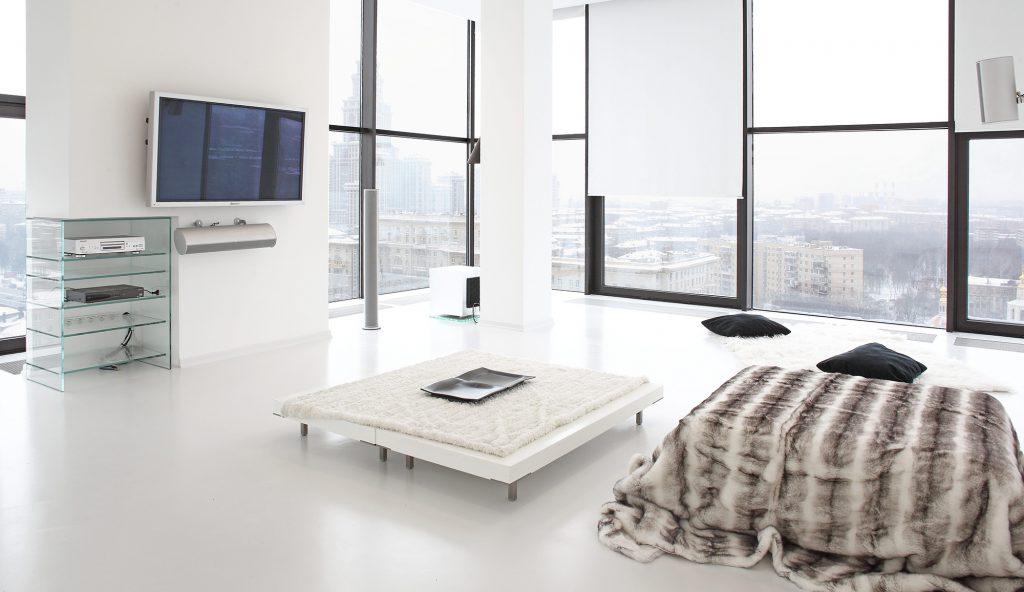 Телевизор в белой гостиной