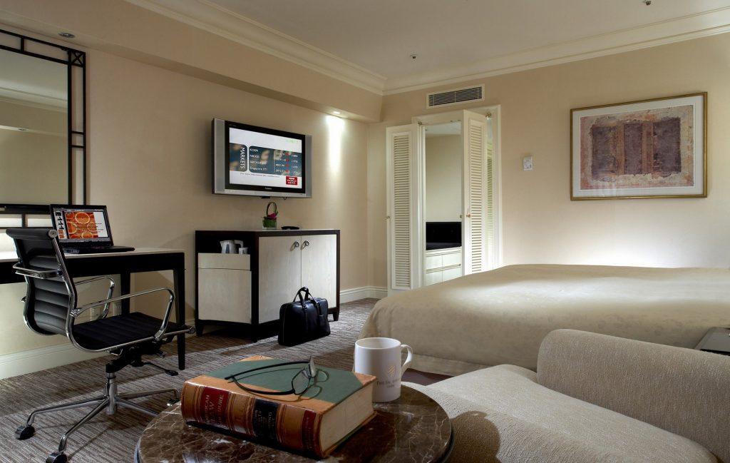 Телевизор в бежевой спальне
