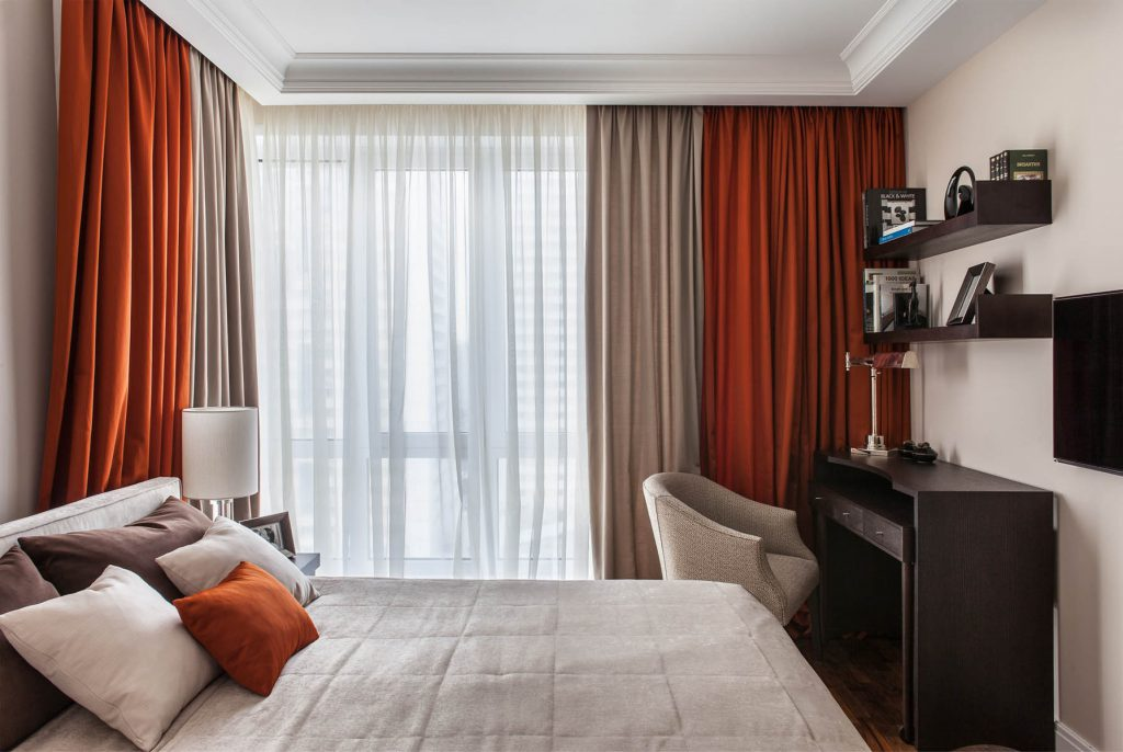 Телевизор в небольшой стильной спальне