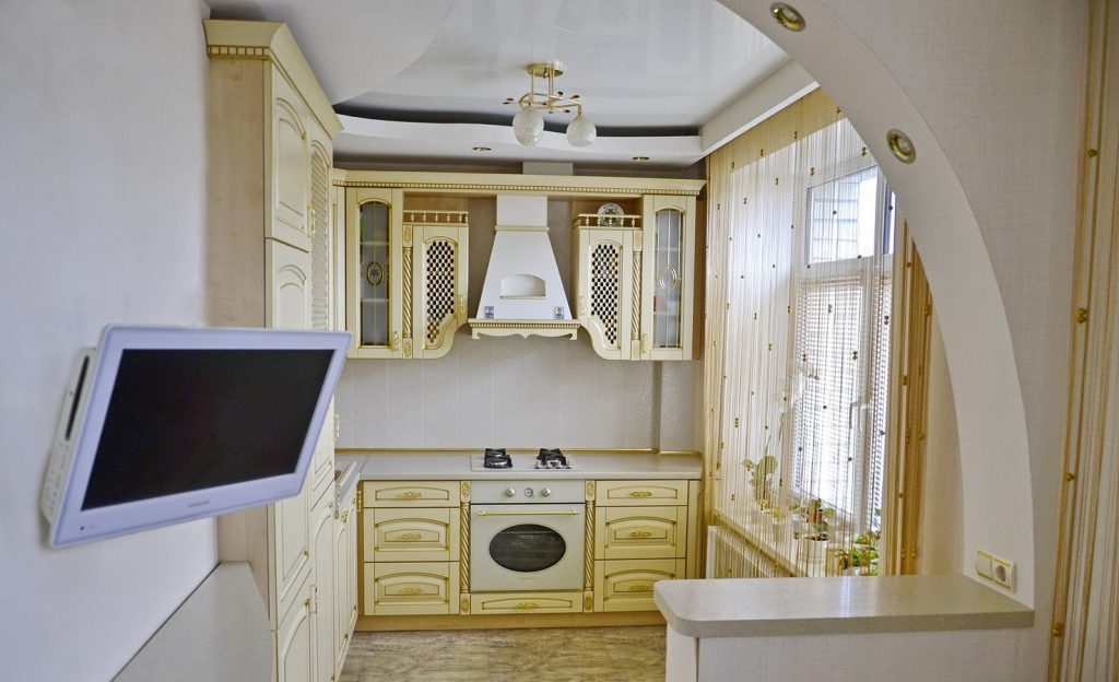 Маленький телевизор в классической кухне