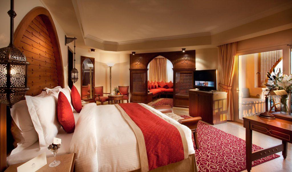 Телевизор в спальне в восточном стиле