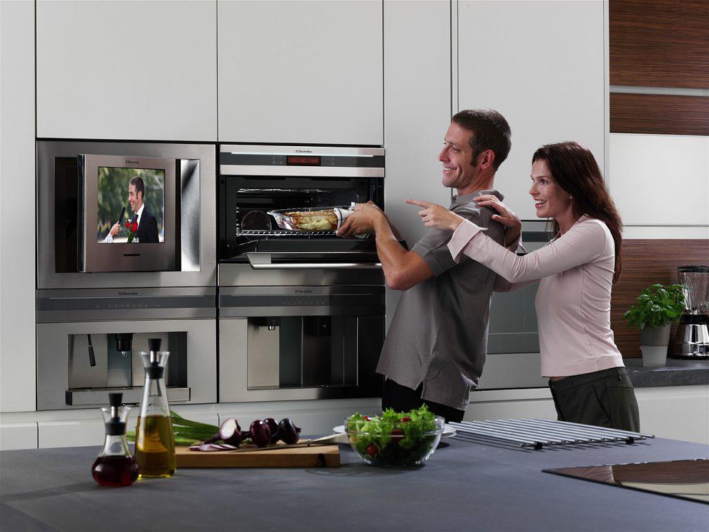 Встроенный телевизор на кухне