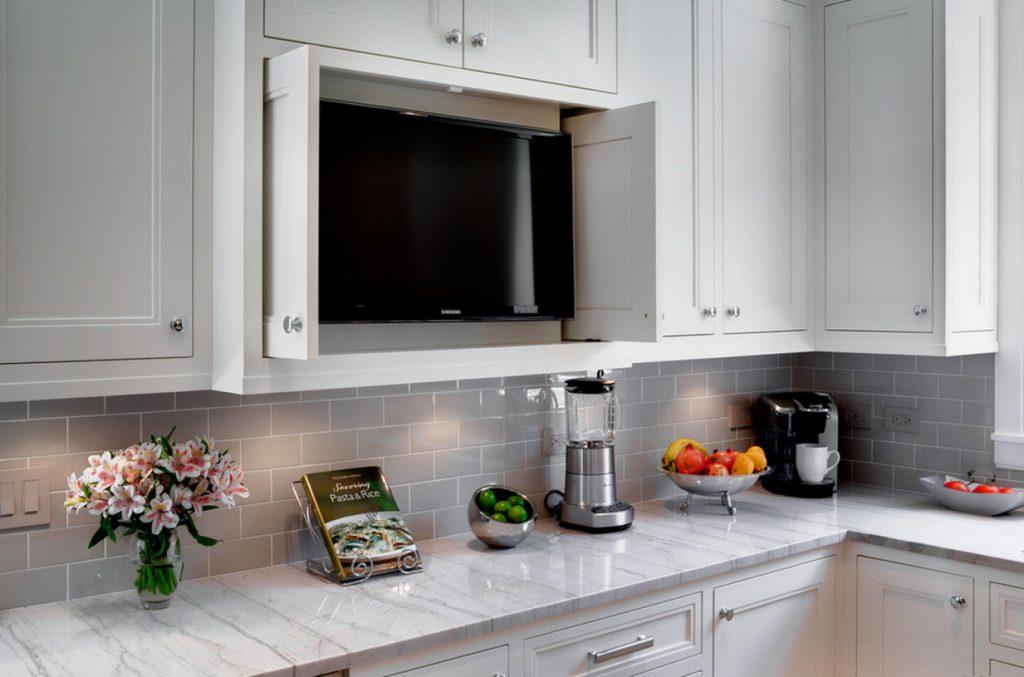 Встроенный телевизор в шкаф на кухне
