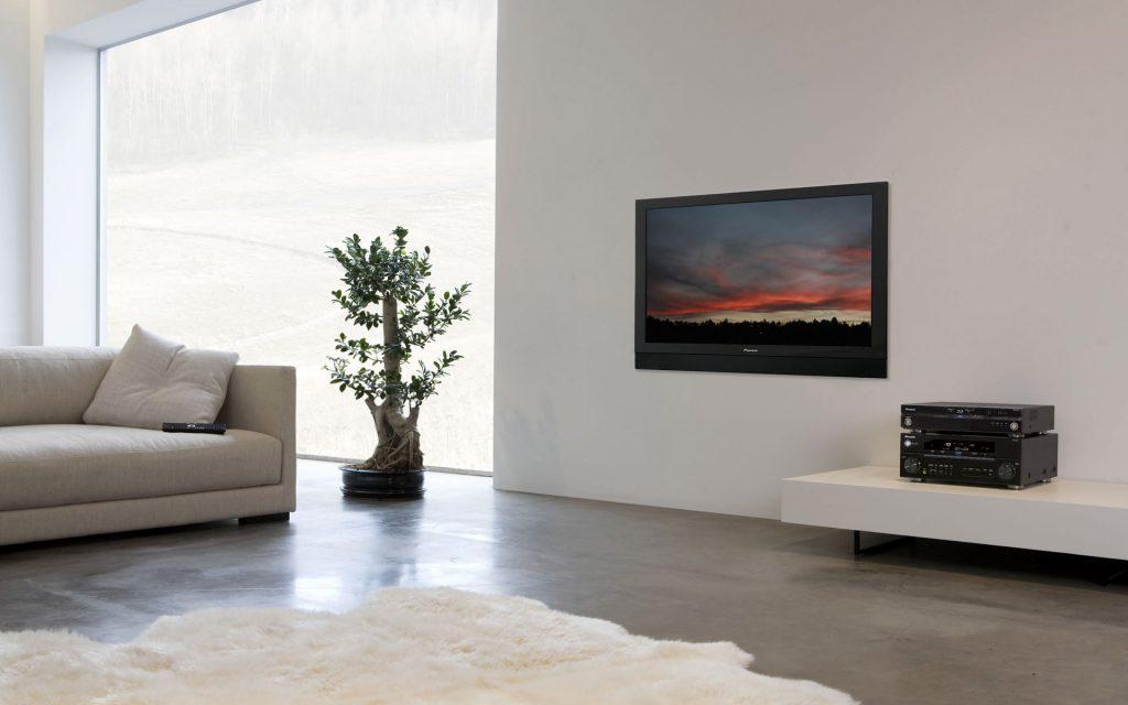 Черный телевизор в светлой гостиной
