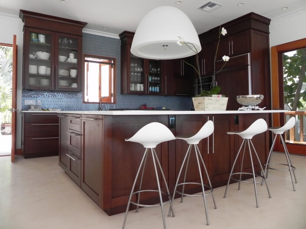Дизайн кухни с барной стойкой темной