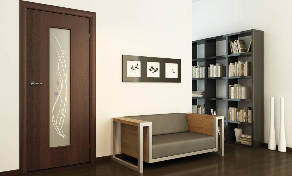 Темно-коричневая дверь со стеклом