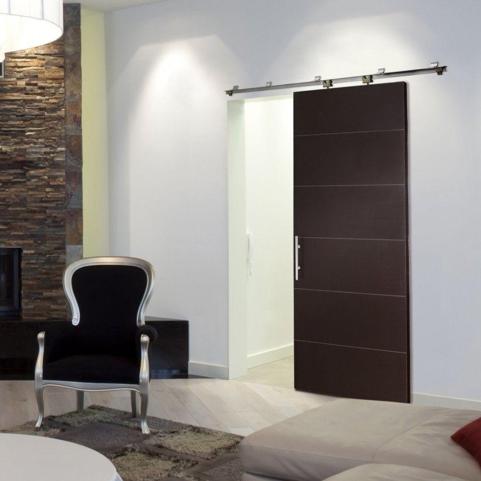 Черная раздвижная дверь в светлую комнату