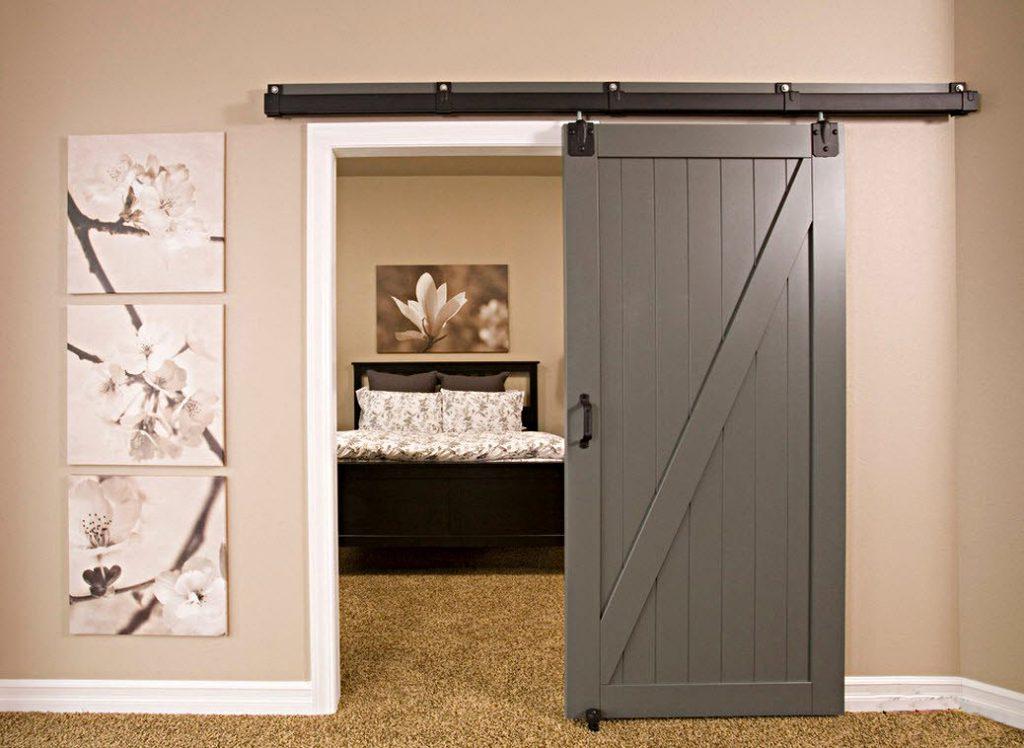 Серая деревянная раздвижная дверь в спальню