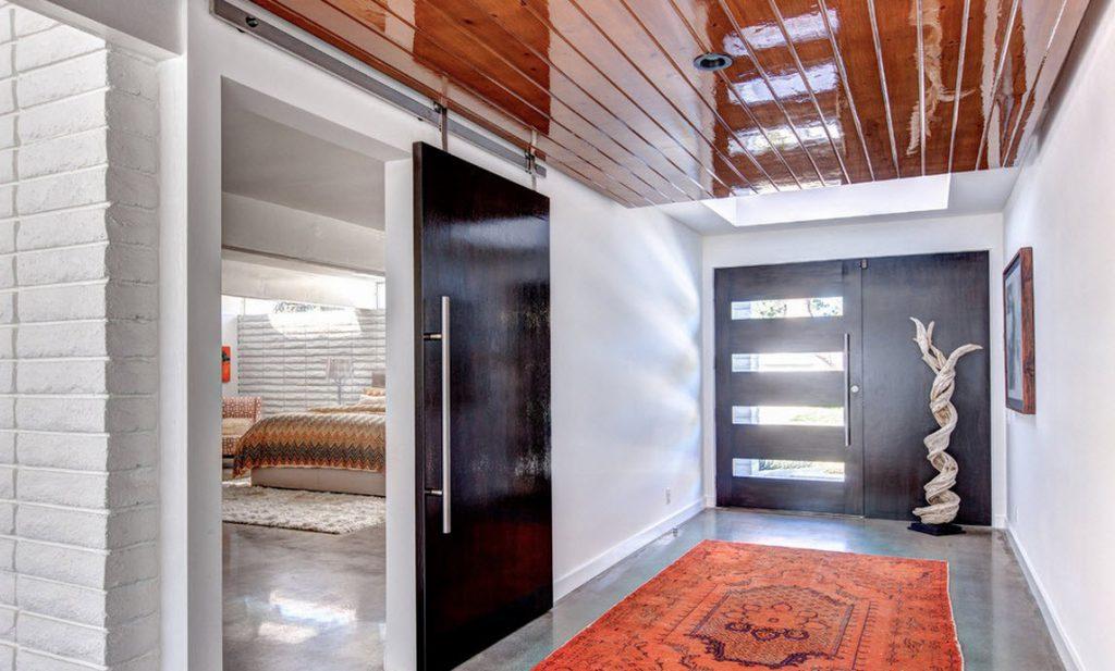 Черные двери в светлом интерьере дома