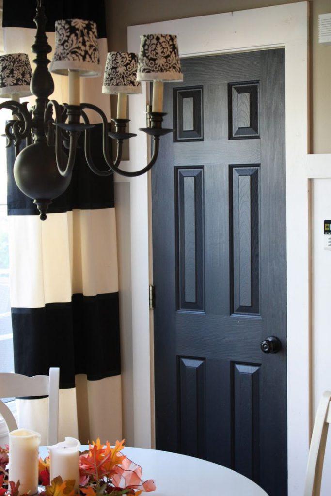 Темная деревянная дверь на кухню