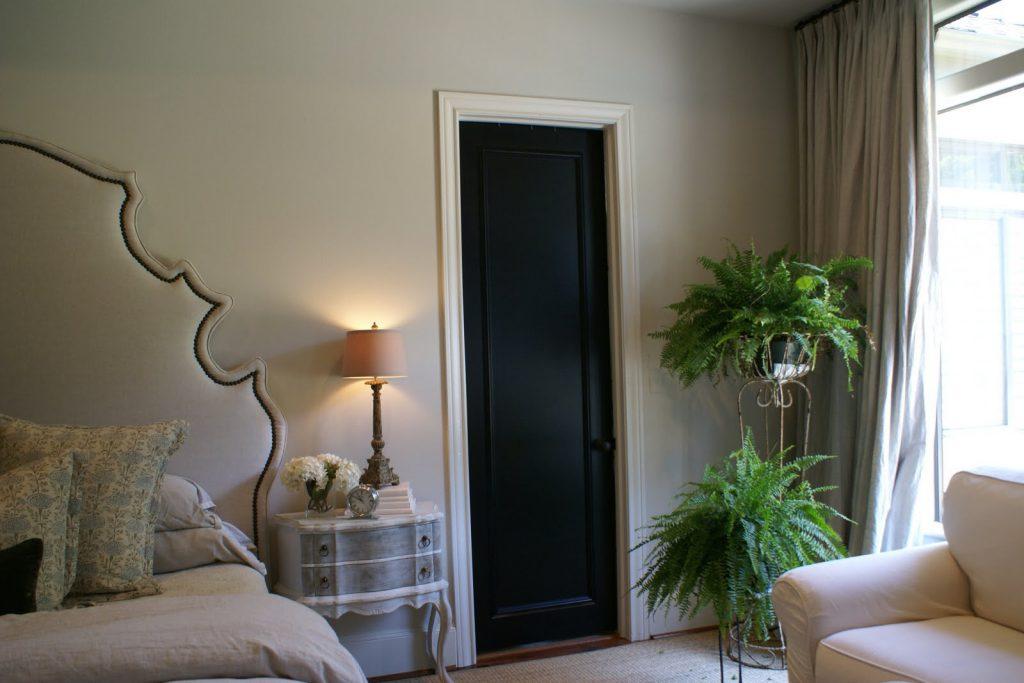 Черная узкая дверь в спальню