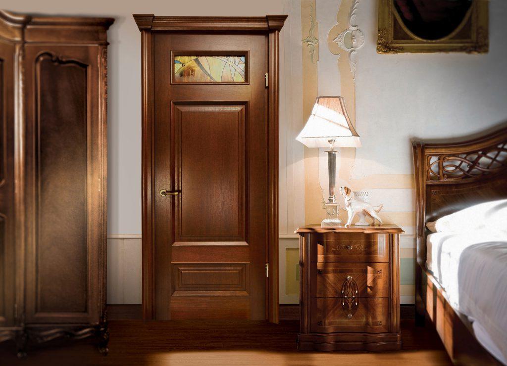 Коричневая деревянная дверь и плинтус