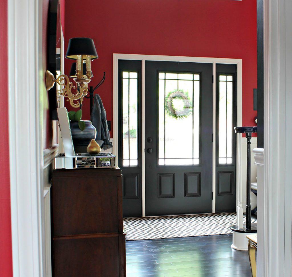 Черная дверь и пол в прихожей