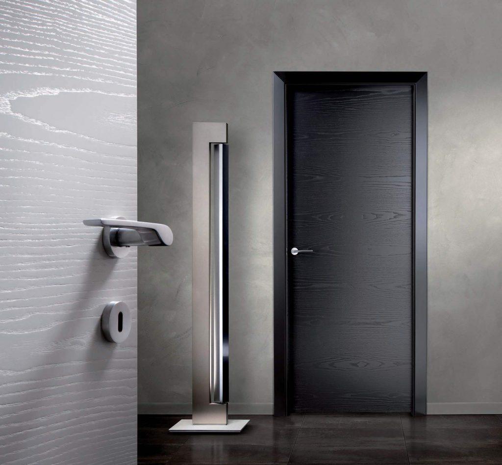 Черная дверь и темная плитка в интерьере
