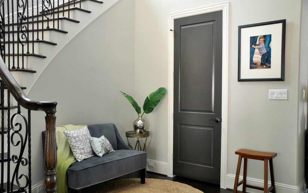 Черная межкомнатная дверь в светлом интерьере