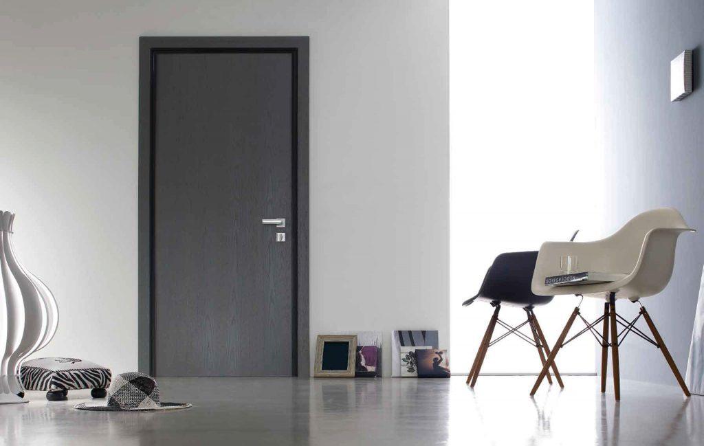 Черная дверь в комнате