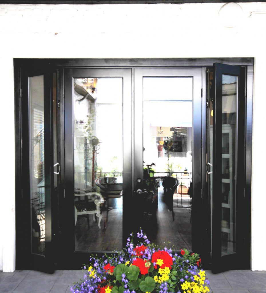 Черные входные двери и серая плитка