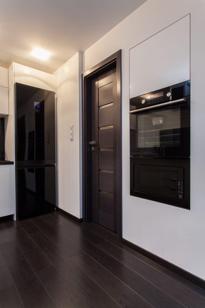 Черная межкомнатная дверь в светлой кухне