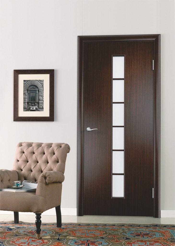 Темно-коричневая дверь в светлой комнате