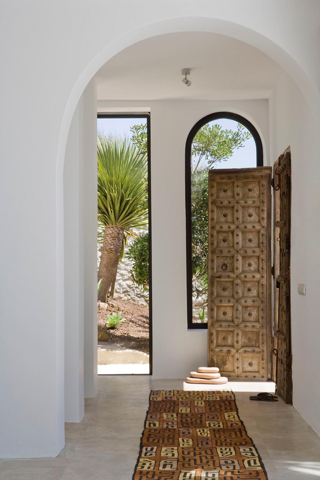 Прихожая в частном доме в тропическом стиле