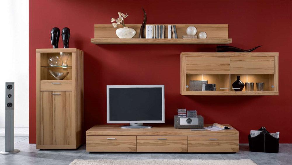 Гостиная с небольшим телевизором в красных тонах