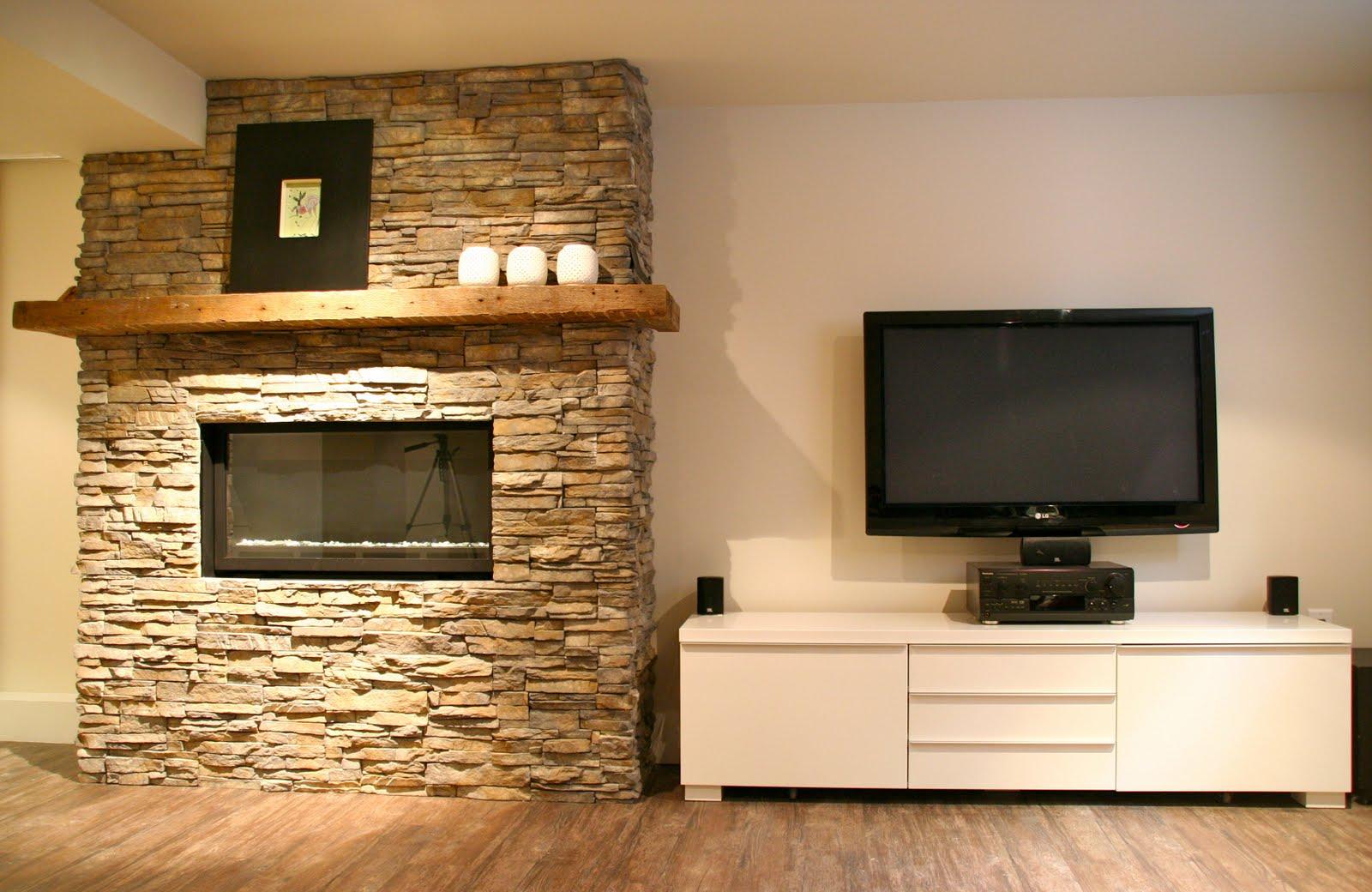 Гостиная с декоративной стеной и телевизором