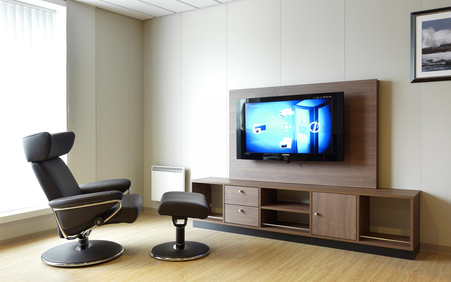 Деревянная подставка для телевизора