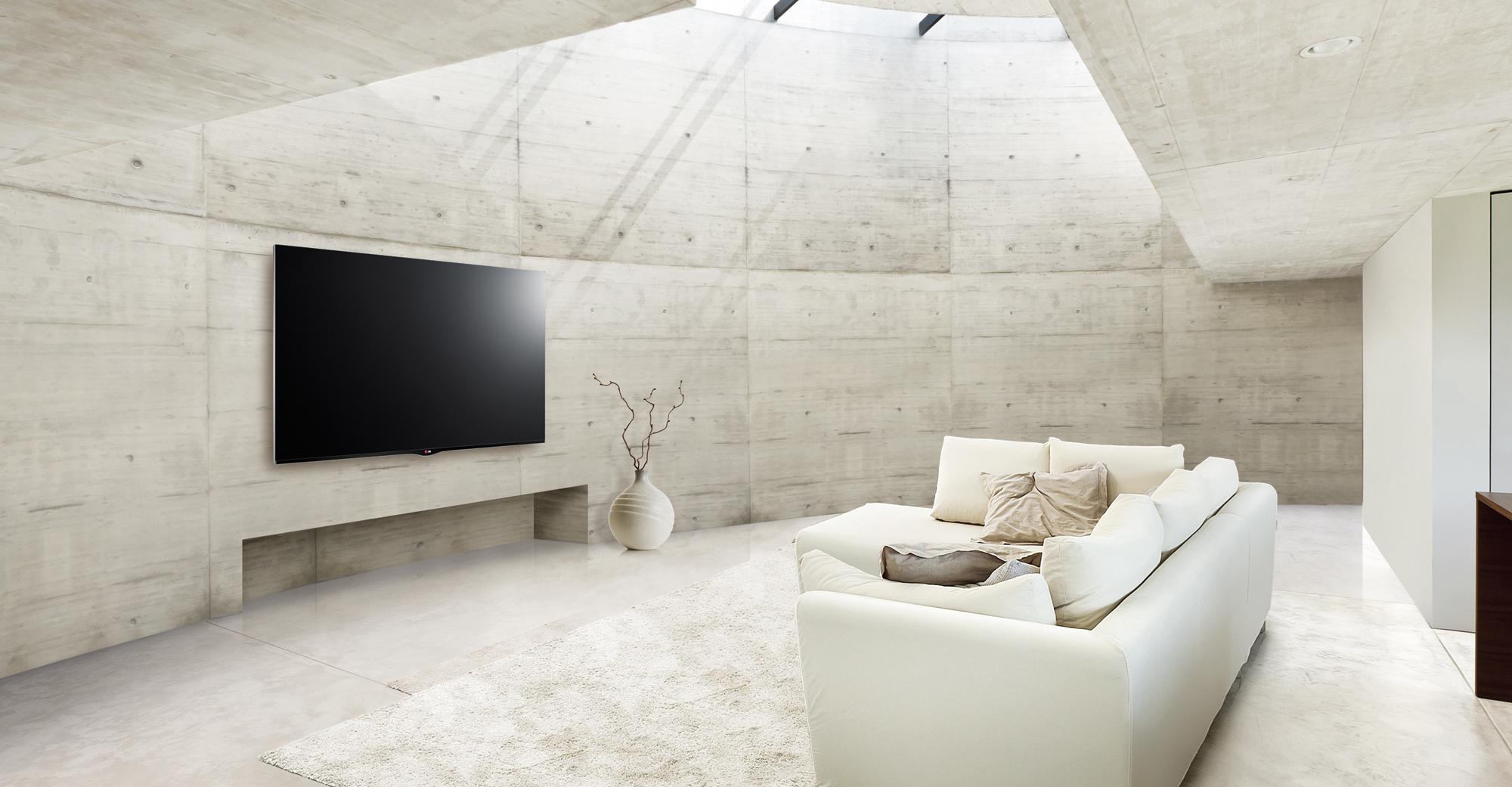 Телевизор в интерьере белой гостиной