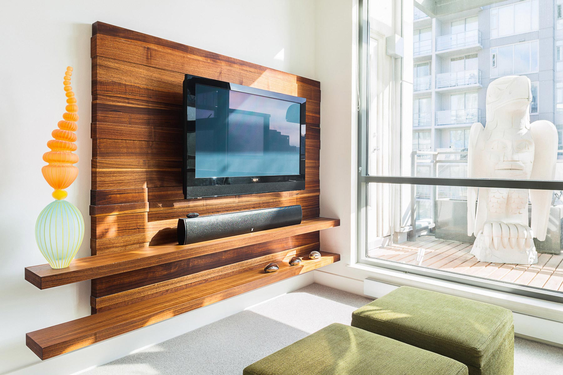 Телевизор на деревянной панеле