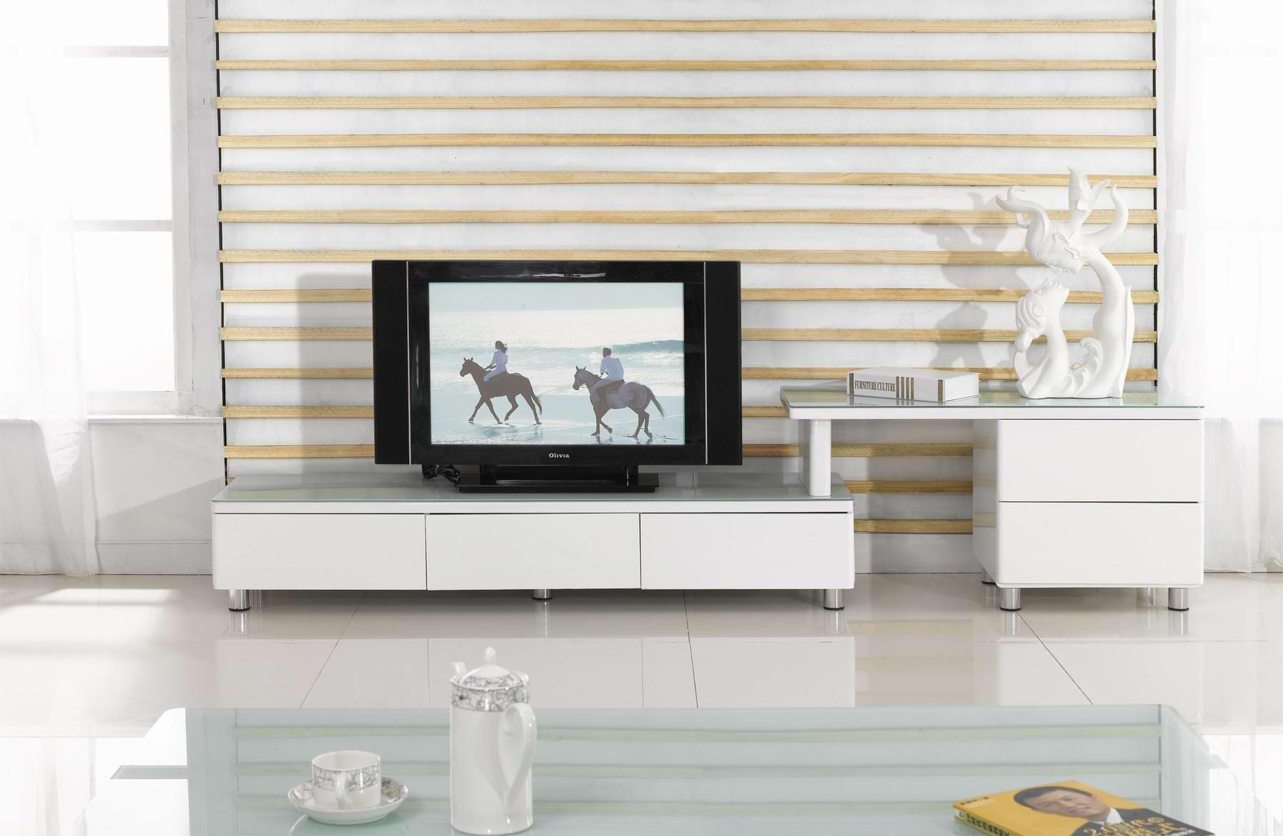 Белый интерьер с черным телевизором
