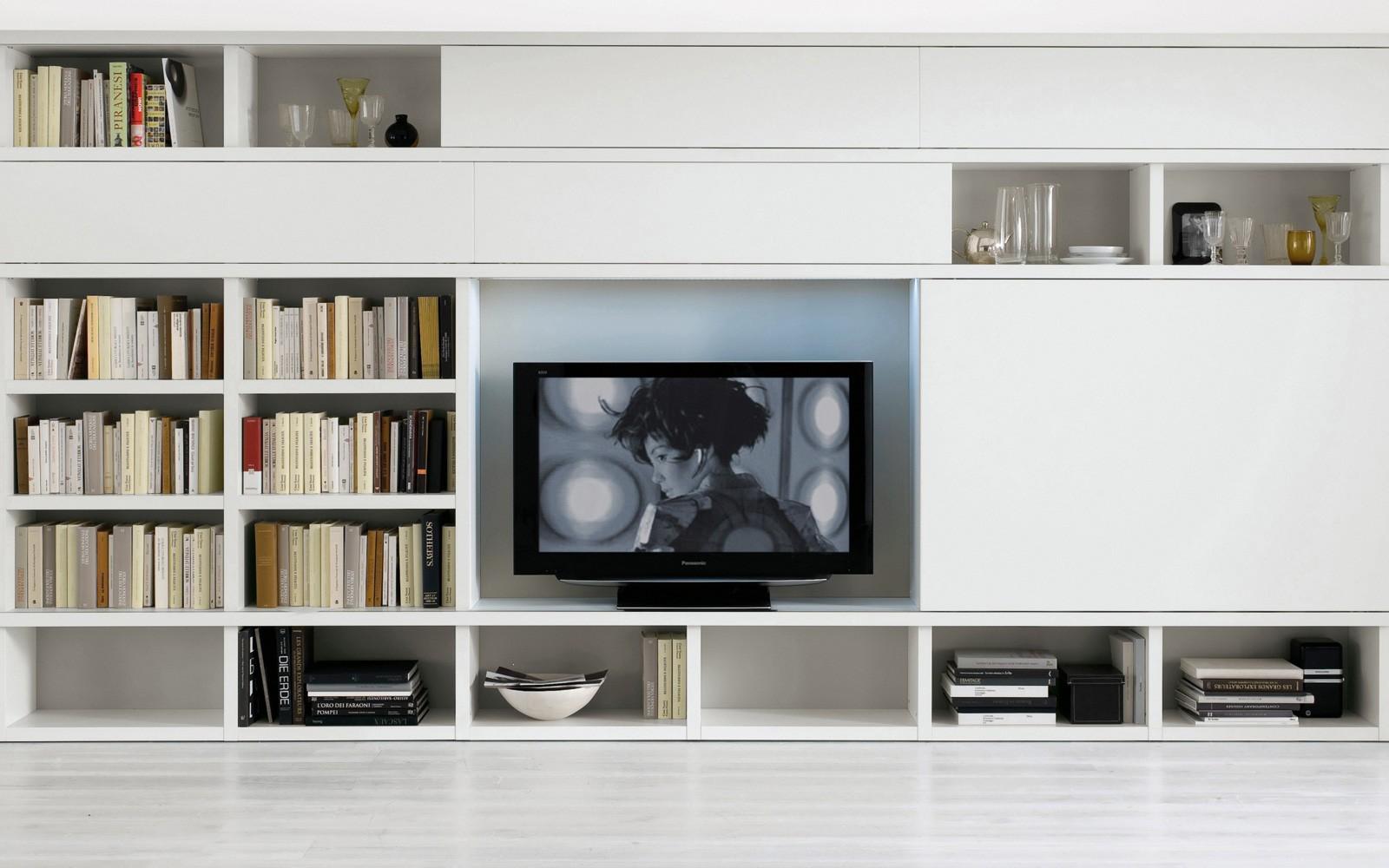 Светлая стенка для телевизора и книг