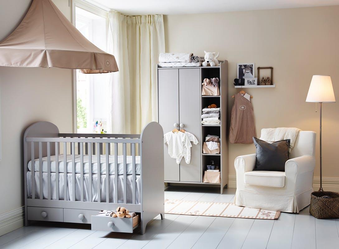 Дизайн штор для детской комнаты на угловое окно