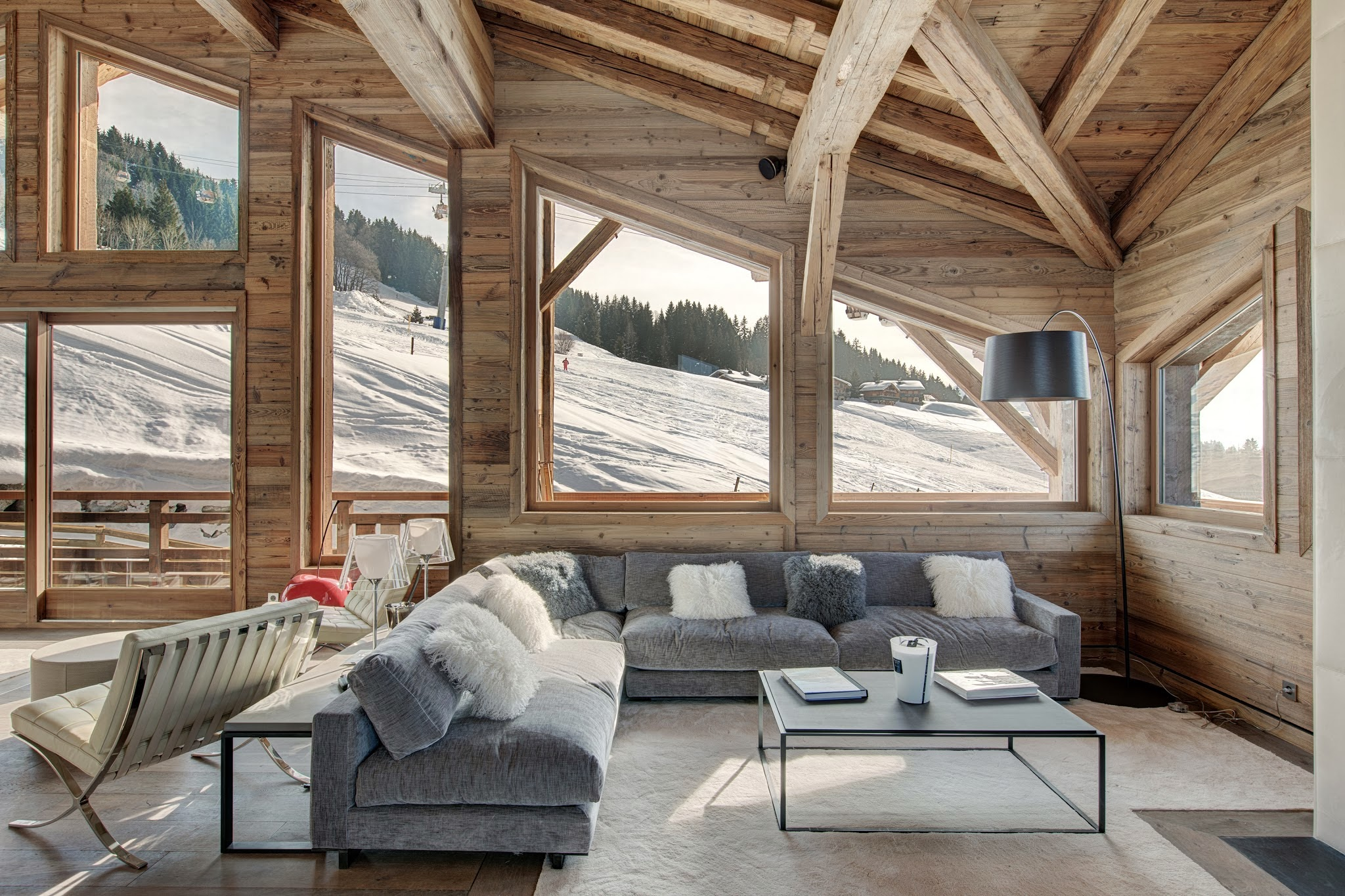 Угловой диван в интерьере шале