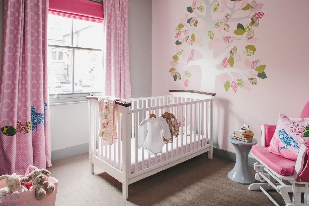 Дизайн штор для детской комнаты розовый с узором