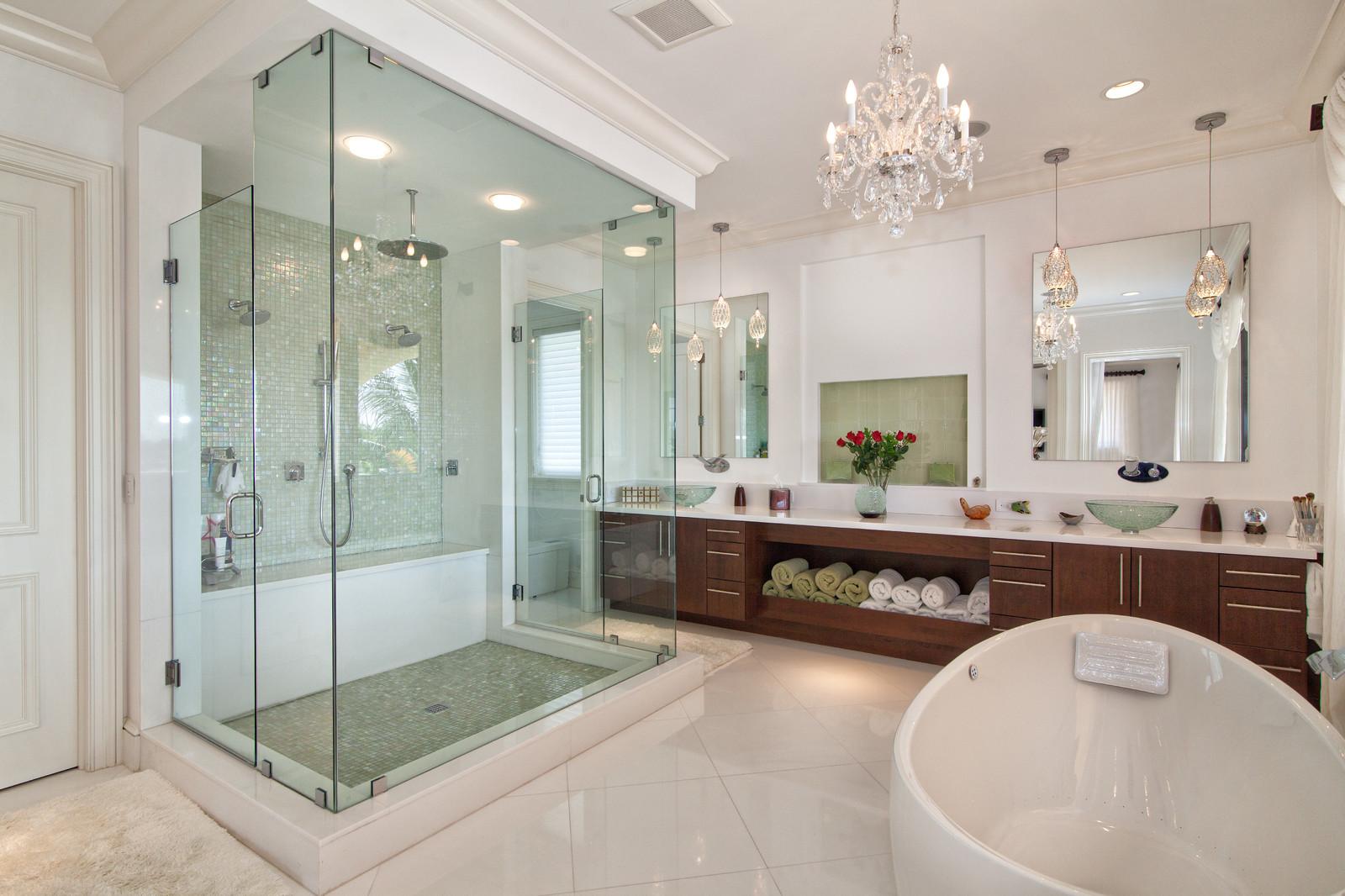 Большая стеклянная душевая с мозаикой в ванной комнате
