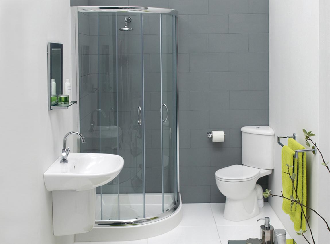 Угловая душевая кабина в небольшой бело-серой ванной комнате