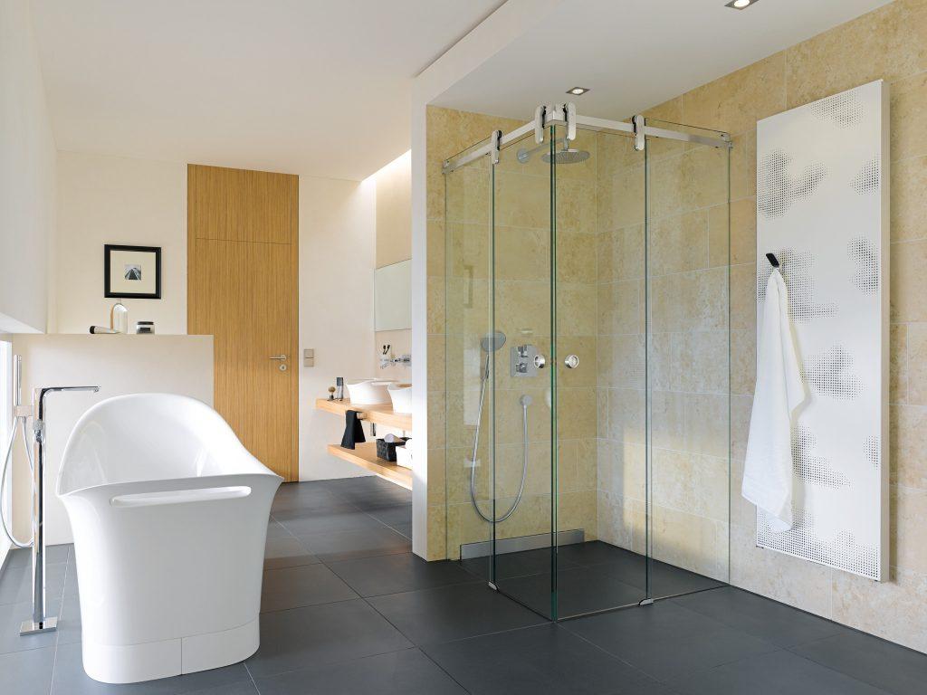 Ванная и душевая в просторной комнате
