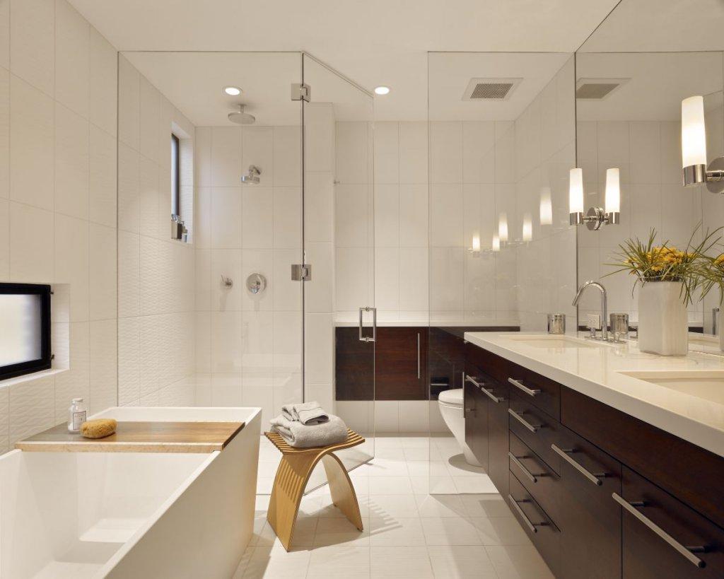 Душевая и туалет за стеклом в ванной комнате