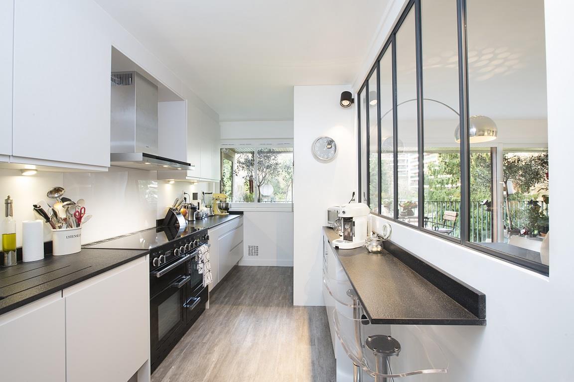 Дизайн кухни с барной стойкой венге