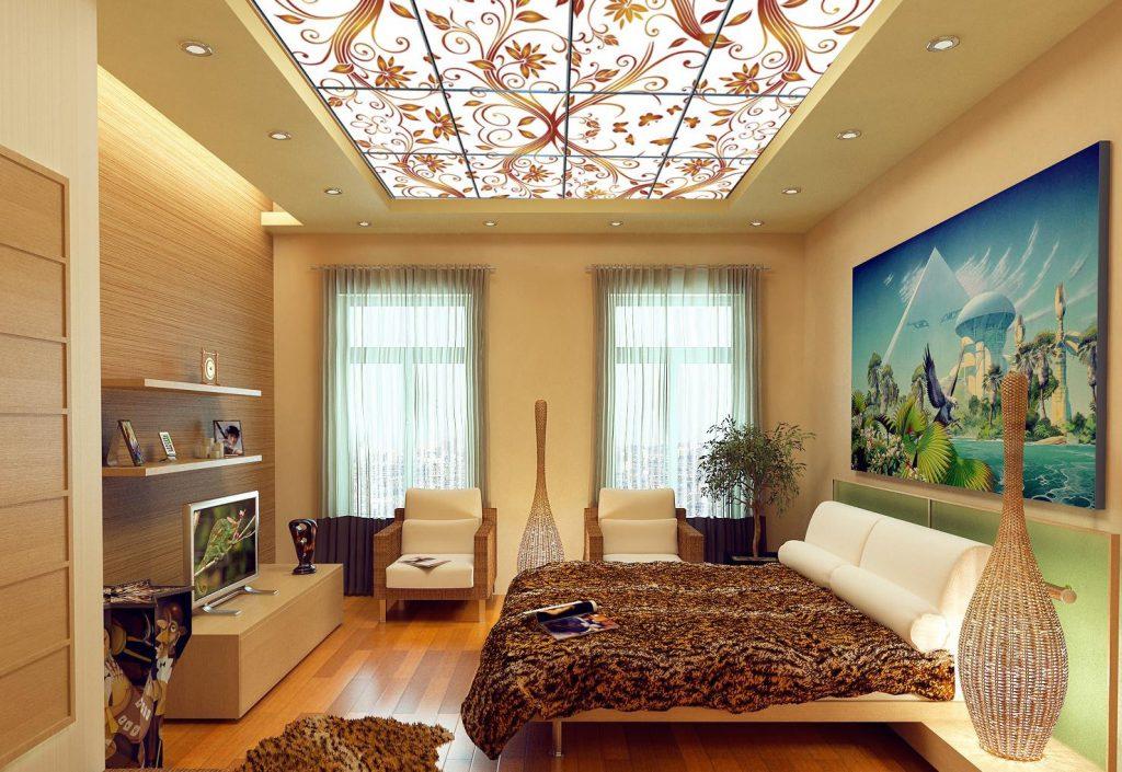 Красивый витражный потолок в спальне
