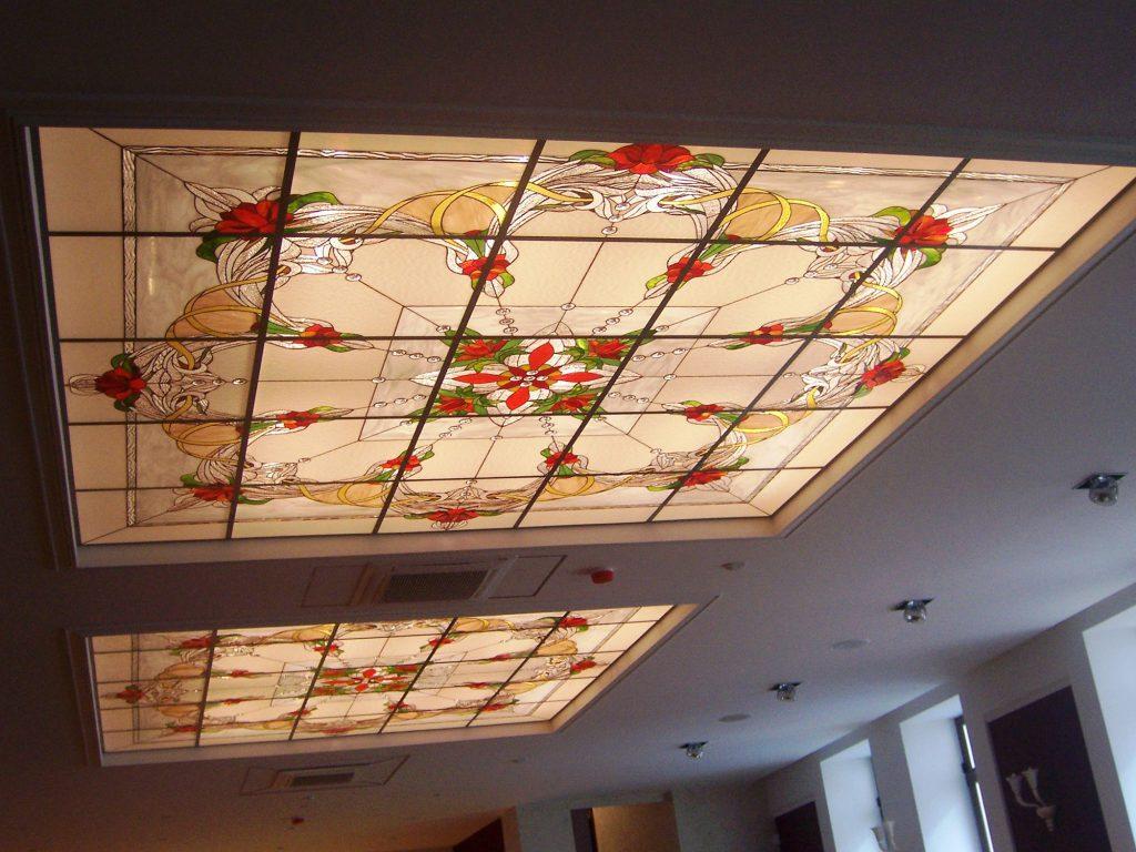 Витражные квадратные вставки в потолок с цветочным рисунком