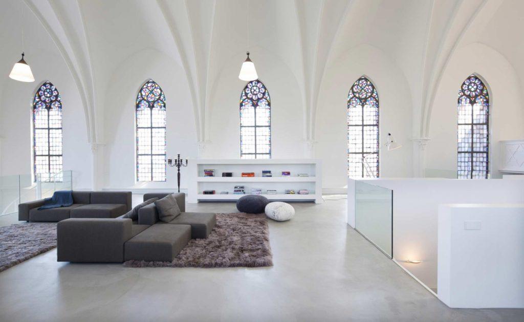 Витражные арочные окна в современном интерьере