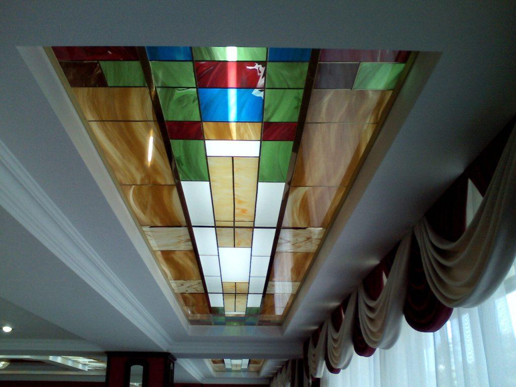 Витражный потолок в коридоре