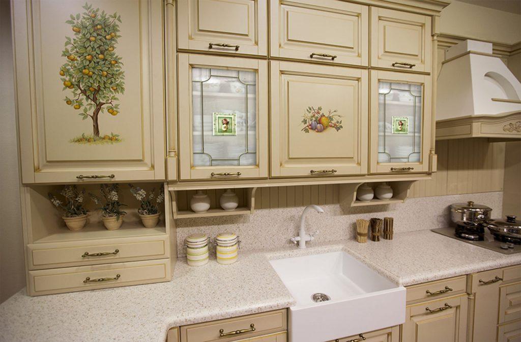 Витражные дверцы шкафа в классической кухне