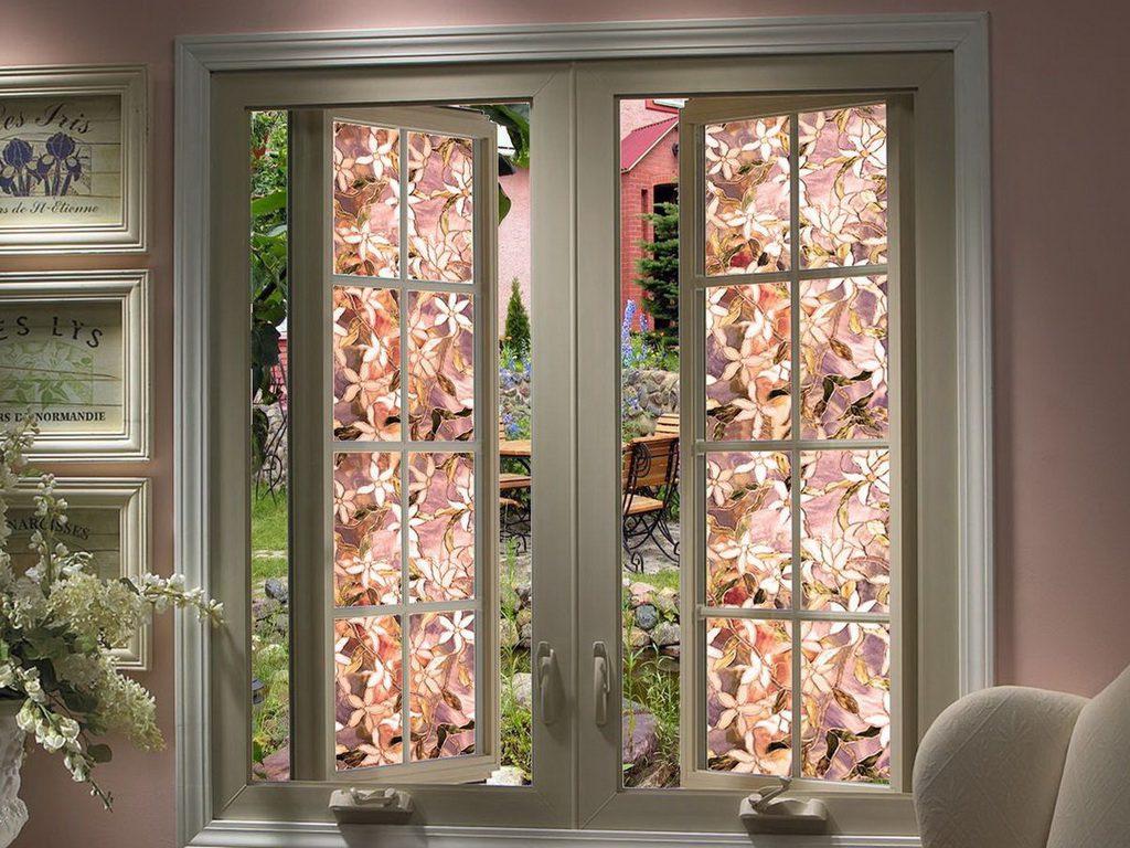 Витражные окна с цветочным рисунком в доме