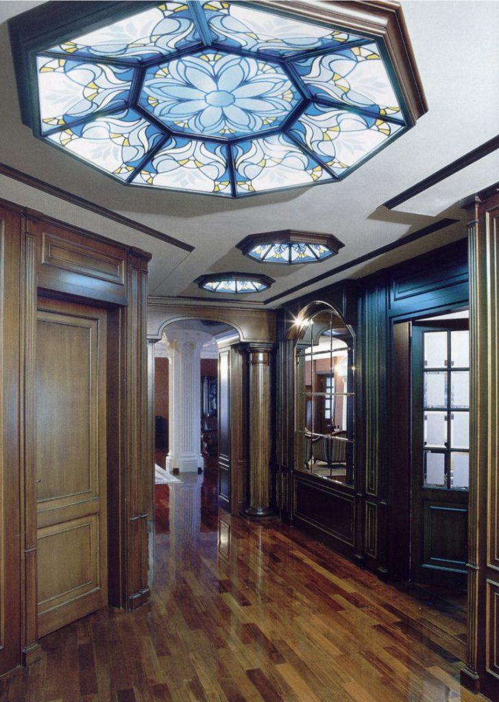 Многоугольные витражные вставки в потолке